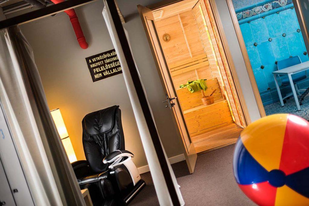 A Google Budapest iroda központi terme, ahonnan a nyitott ajtókon keresztül látszanak a változatosan berendezett szobák és a szauna is.
