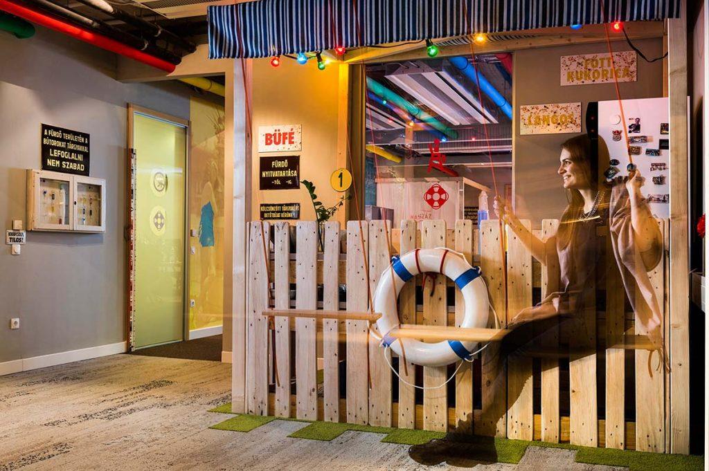 A Google Budapest iroda rekreációs tere tóparti büfét imitáló boxal és hintával.