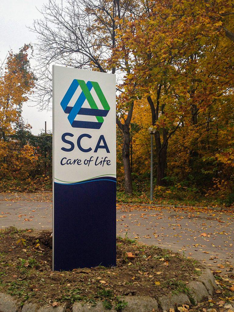 Az SCA irányító totemoszlop egyszerre kültéri dekorációs elem és hatásos irányító rendszer.