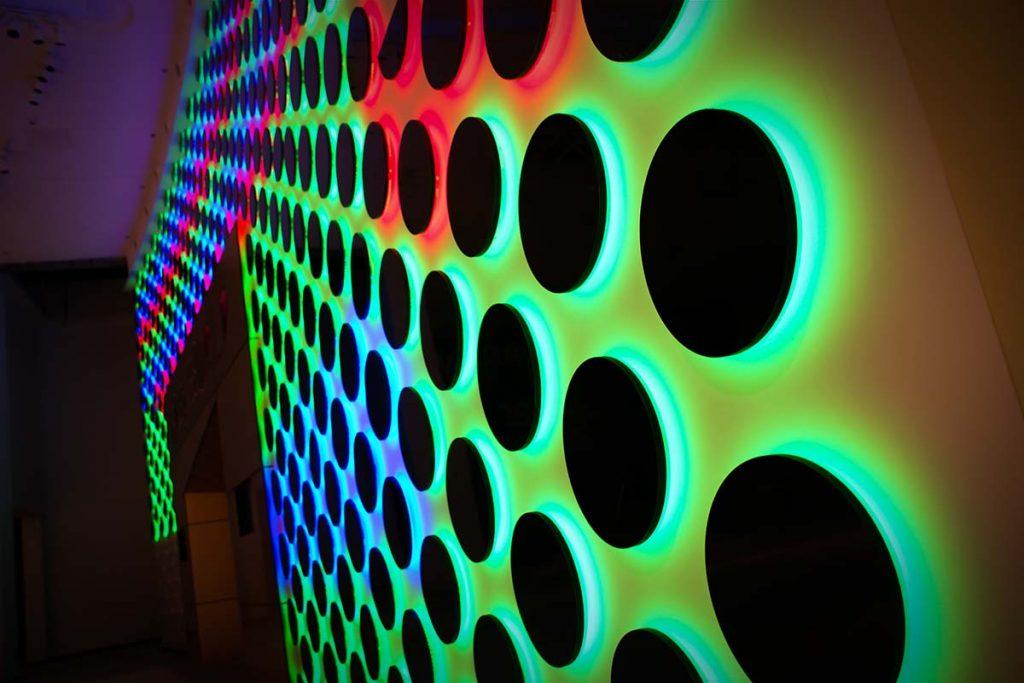 Egyedi színváltoztató és animálódó világító falburkolat a Game World homlokzatának dekorálására.