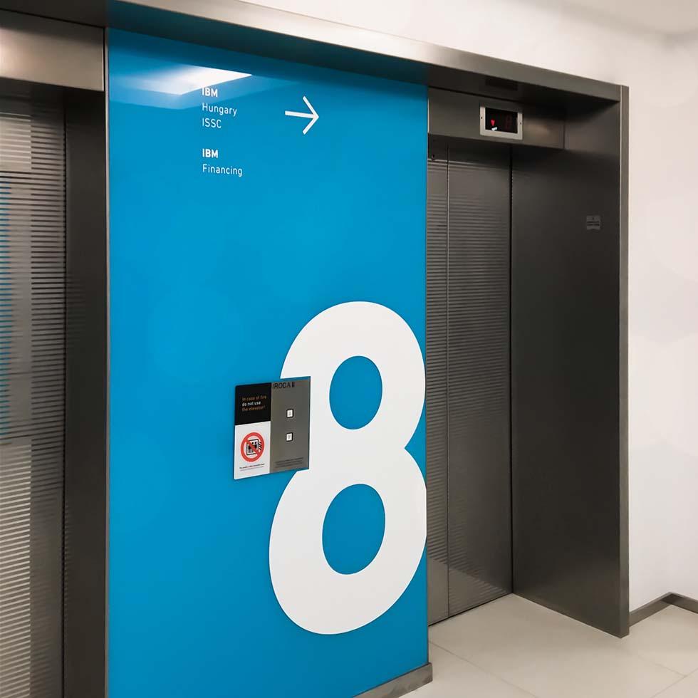 A Duna Tower irodaház nagyméretű plexi irányítótáblái minden szinten segítik a tájékozódást.