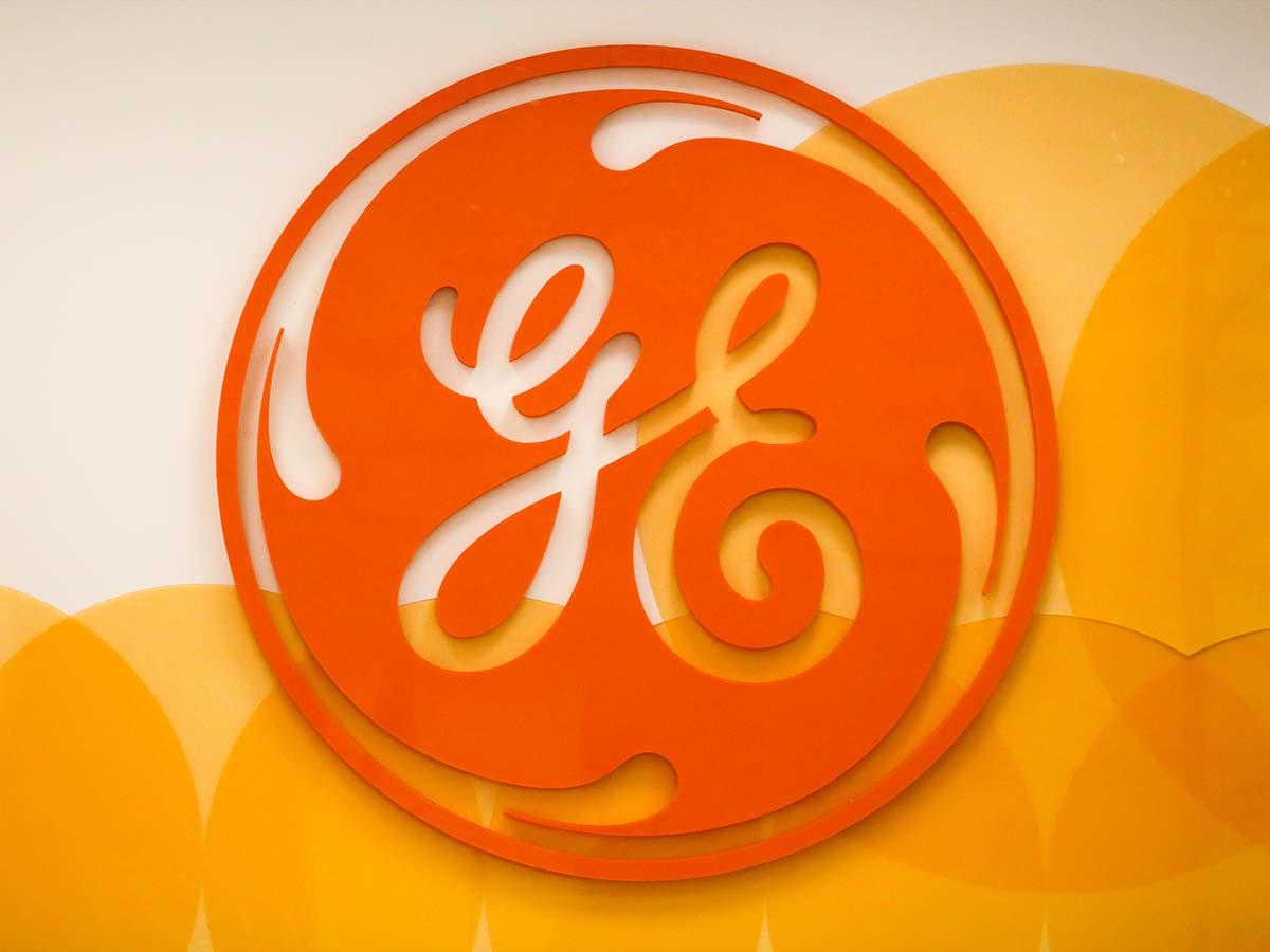 Nagyméretű, narancsszínű General Electric plasztikus logó.