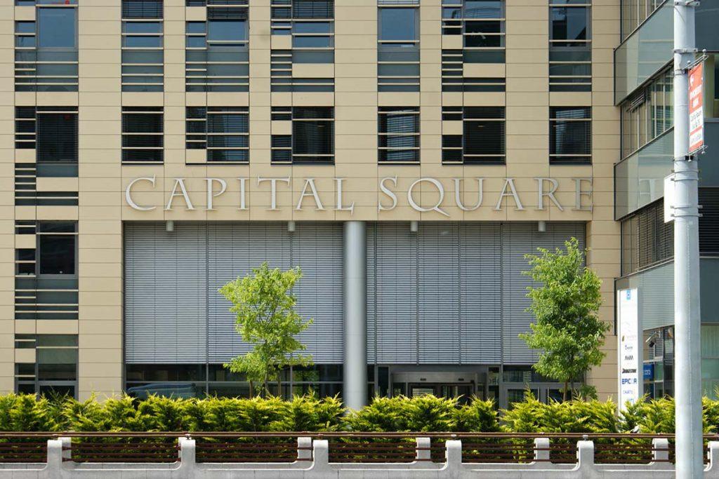 A Capital Squere irodaház homlokzatát díszítő indirekt világítású plasztikus felirat.