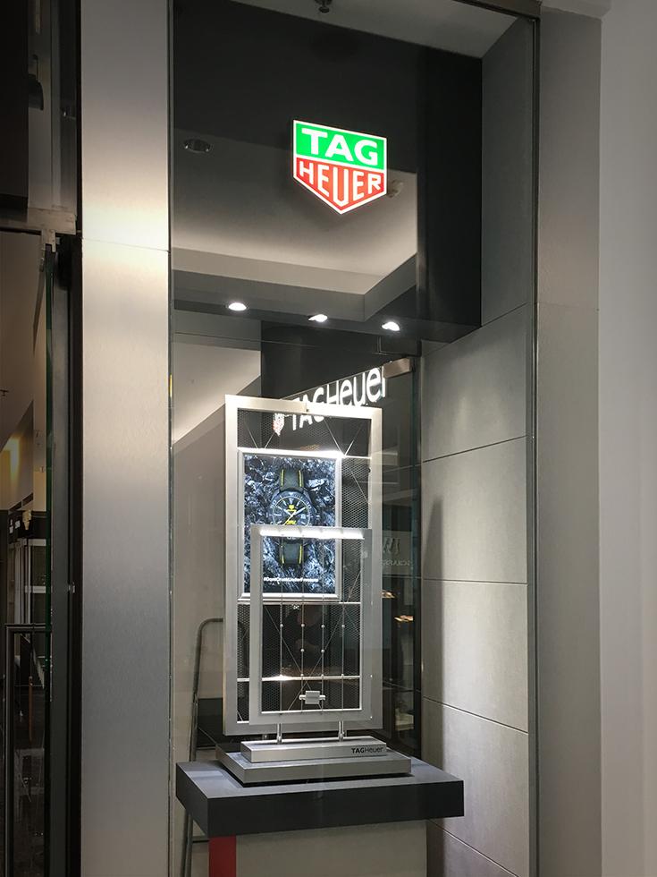 A Tag Heuer prémium kirakatdekorációja a cég élvilágító megoldással elkészített zöld-vörös logójával.